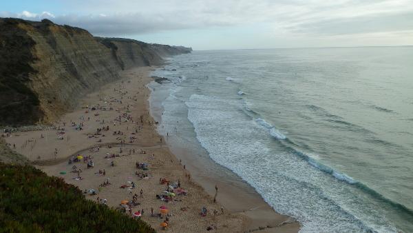 Playa preciosa, poca gente, sin chiringuito, agua limpia y olas que entraban fuertes. Una playa decente.