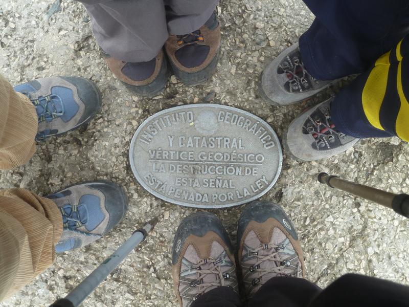 El punto geodésico con 4 pares de pies que aseguramos que son los nuestros. Palabrita de niña buena.