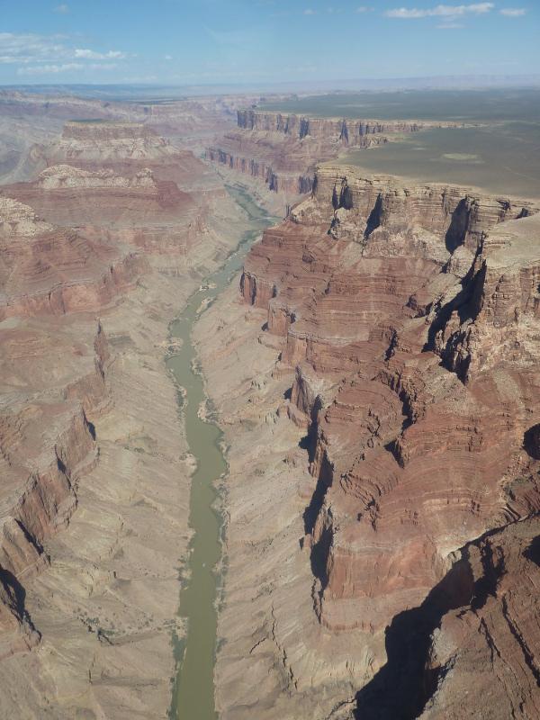 Os dije que el río no es colorado sino verdoso-marroncio...