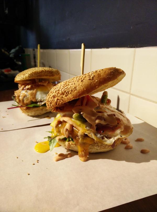 Estas hamburguesas se llaman 'Despídete de tus aterias' pero no sabemos por qué...